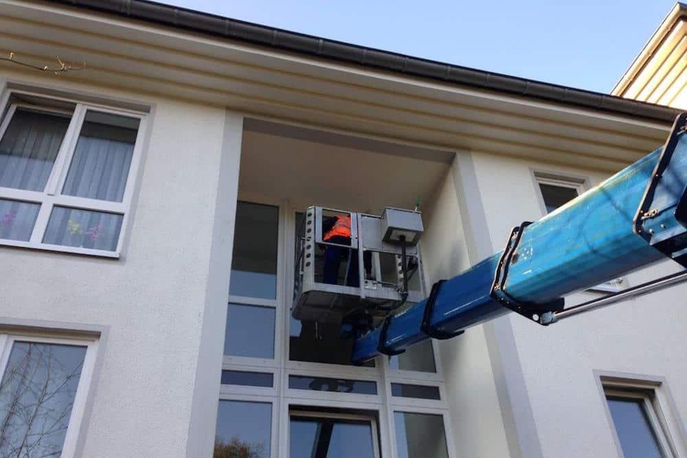 Glasreinigung einer Treppenhausanlage mit dem Steiger