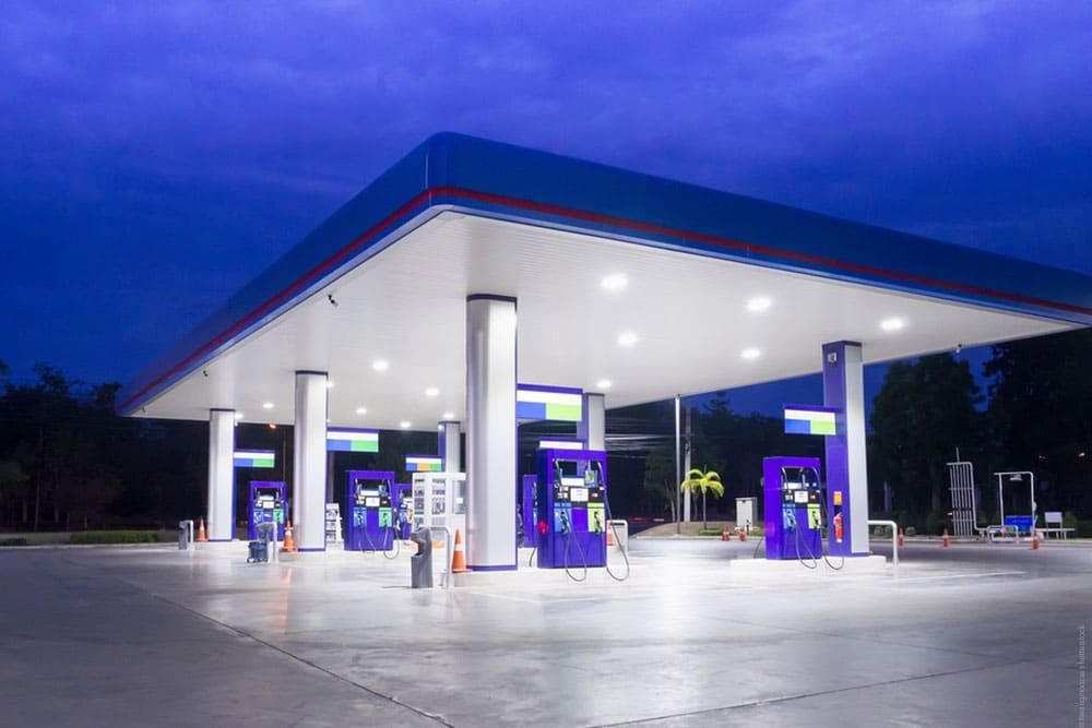 saubere Leuchtreklame Tankstelle durch professionelle Reinigung